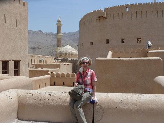 Sitzend vor Moschee und Wehrturm
