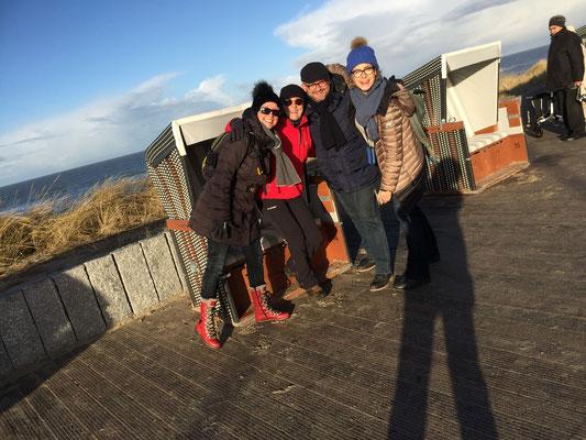 Gruppenfoto ohne Volker vor Strandkorb