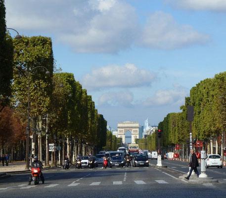 Champs Elysées mit Arc de Triomphe im Hintergrund