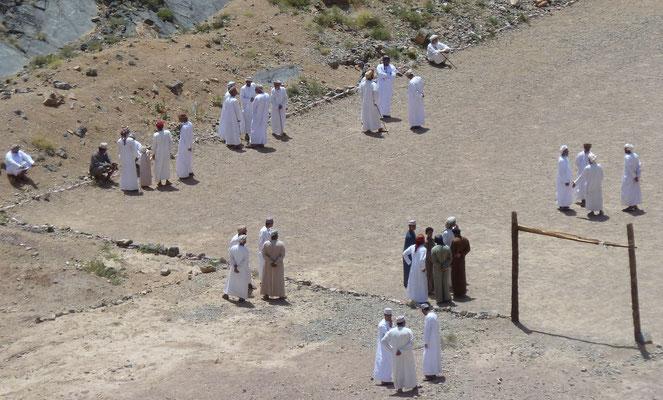 Eine Versammlung von Offiziellen auf einem Fussballplatz