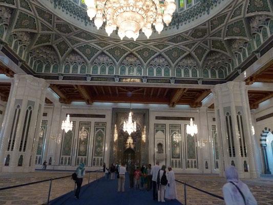 In der Moschee - Blick auf Gebetsnische und einen Teil des Leuchters
