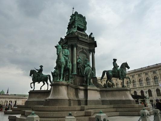Dazwischen der Maria Theresien Platz