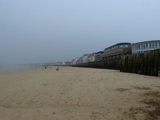 Sprüh-Regen-Spaziergang am Strand entlang nach Sillon