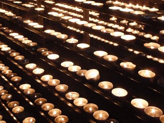 Kerzen im Stephansdom am Karfreitag (Kreuzweg Passions-Metetten)