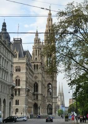 Rathaus mit Votivkirche im Hintergrund