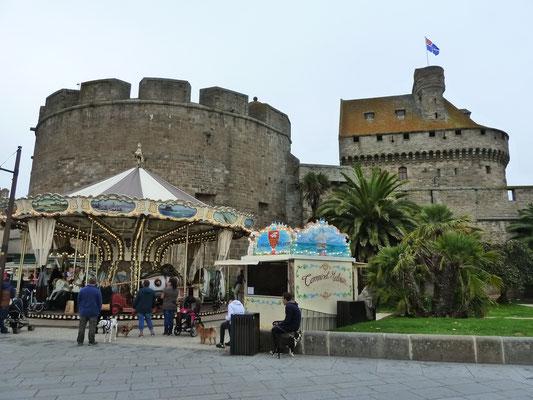 Blick auf das Schloss mit dem Rathaus