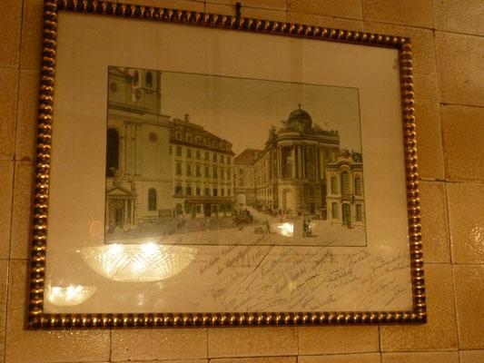 Foto mit den Original-Unterschriften der Wiener Philharmoniker im Restaurant des Schwarzen Kameels (Info von Peter)