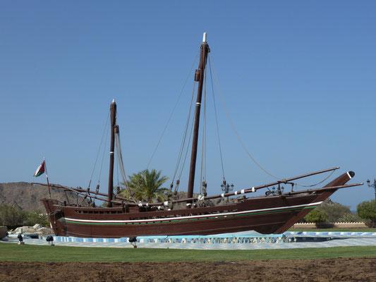"""Die """"Sohar"""" - Original-Dhau (Holzboot), mit der der Ire Timothy Severin 1980 vom Oman nach China gesegelt ist; steht in der Mitte eines Kreisels in Maskat"""