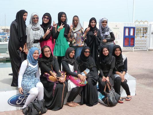 Junge Omanerinnen im Yachthafen