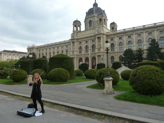 Links das Kunsthistorische Museum