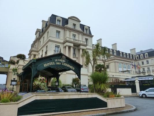 Mein Regenziel: Grand Hôtel des Thermes - eines der ersten Zentren in der Bretagne für Thalasso; dort Tee getrunken mit Blick auf den Strand