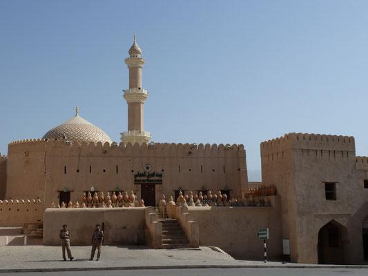 Blick auf Minarett und Kuppel der Sultan-Qaboos-Moschee - Soldaten
