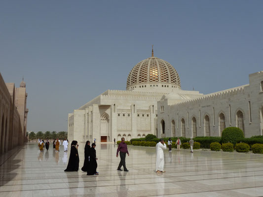Allee zur Moschee mit Moslems