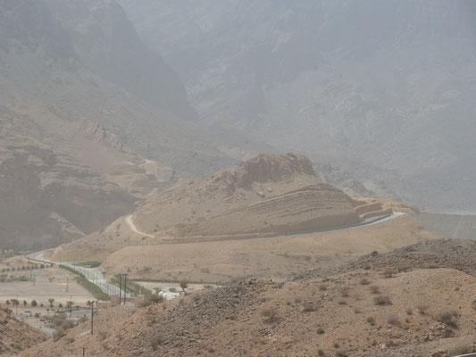 Dunstig, aber schön, ein Berg mit Stausee dahinter. Im Wadi-Land.
