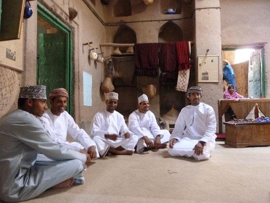 """""""Unsere Männer"""" in der Mittagspause in Al-Hamra"""