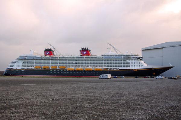 Disney Fantasy (Länge 339,5 m, Breite 37 m, Passagiere 4.000, 130.000 BRZ, fertiggestellt 2011)