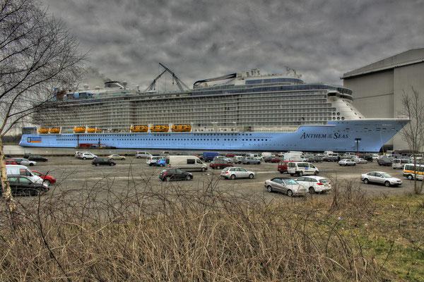 Anthem of the Seas (Länge 348 m, Breite 41,4 m, Passagiere 4.188, 168.600 BRZ, fertiggstellt 2015)