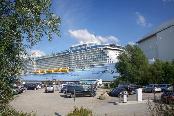 Quantum of the Seas (Länge 348 m, Breite 41,4 m, Passagiere 4.180, 168.600 BRZ, fertiggstellt 2014)