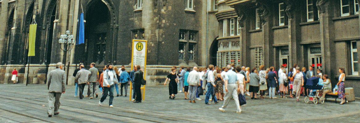 Menschenschlange vor der Sparkasse (Währungsumstellung)