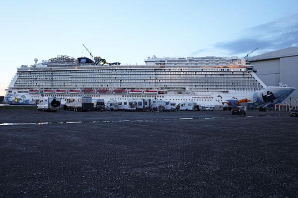 Norwegian Escape (Länge 325,9 m, Breite 41,4 m, Passagiere 4.200, 164.600 BRZ, fertiggestellt 2015)