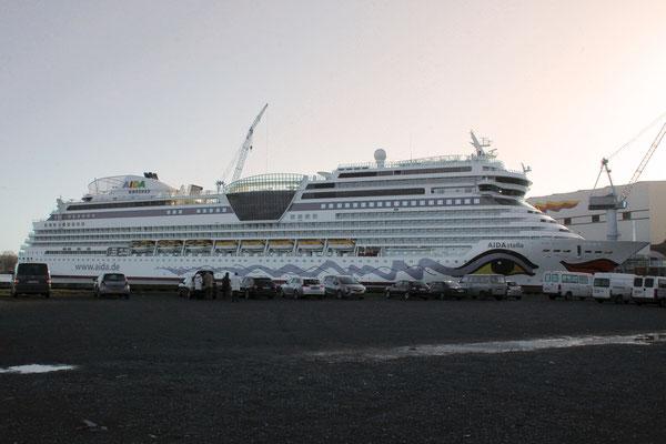 Aida stella (Länge 253,3 m, Breite 32,2 m, Passagiere 2.194, 71.300 BRZ, fertiggestellt 2013)