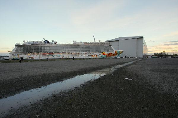 Norwegian Getaway (Länge 325,7 m, Breite 39,7 m, Passagiere 4.028, 146.600 BRZ, fertiggstellt 2013)