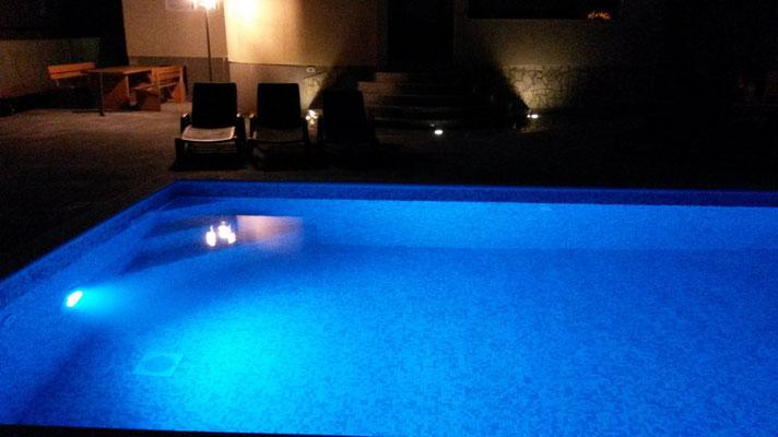 Pool abends beleuchtet