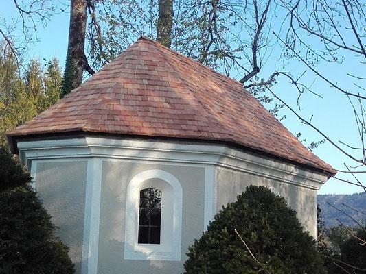 Kapelle mit Holzschindeln eingedeckt