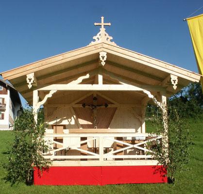 Bau eines Altars im Freien fürs traditionelle Gaufest