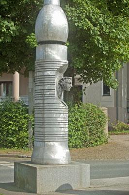 Bad Pyrmont: Künstlerisch gestalteter Wegweiser am Anfang der Hauptallee zu den Kuranlagen.