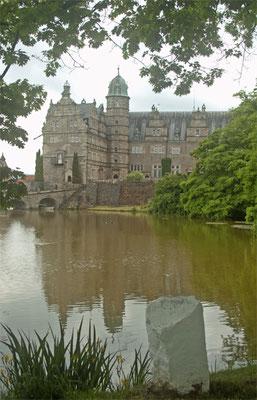 Das Schloss von der Wasserseite aus gesehen.