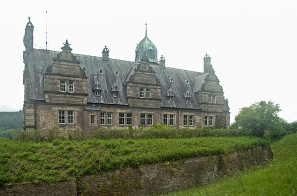 Schloss Hämelschenburg mit einem Rest der Befestigungsanlagen von der Parkseite aus gesehen.