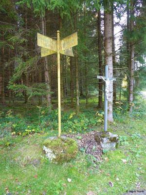 Altes Wegkreuz (Aufschriften: Nagelringen, Großholzleute, Wolfbühl, Riedholz)