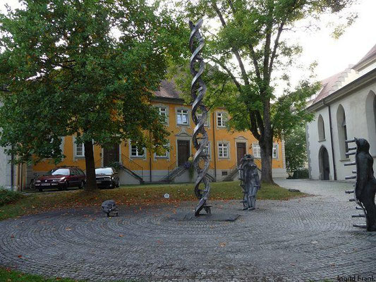 "Wangen i.A., ""Das Seelenmal"" von Ubbo Enninga hinter der kath. Stadtpfarrkirche St. Martin"