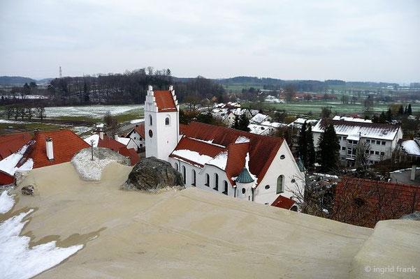 Blick von der Burgruine Fronhofen auf die Pfarrkirche St. Konrad und Vinzenz