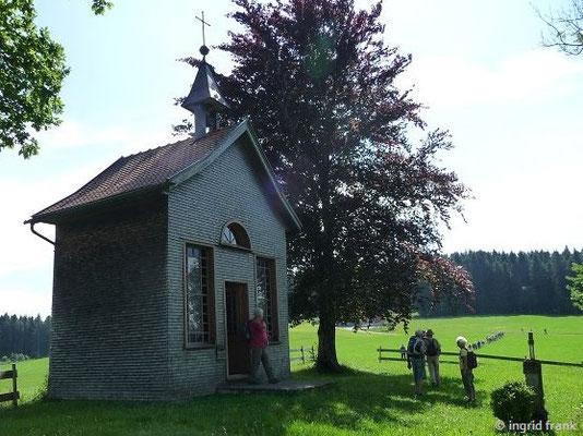 Pestkapelle bei Stiefenhofen. Hier findet sich ein Glasbilderzyklus von Sr. Maria Ludgera Haberstroh aus dem Kloster Reute, der an die Holocaust-Opfer Pater Maximilian Kolbe und die 5-jährige Gabriele Schwarz erinnert.