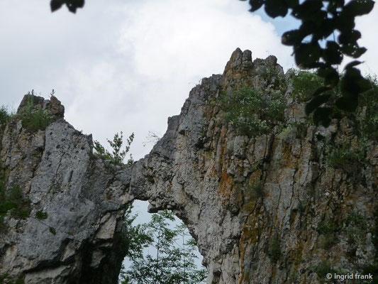 """Blick auf den Felsen """"Küssende Sau"""" bei Blaubeuren"""