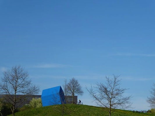 """Blick zum """"Blauen Haus"""" von Ottmar Hörl, 1997-98, im Westen von Ravensburg"""