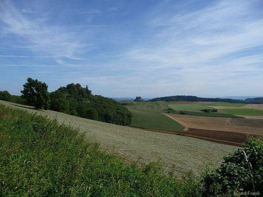 Blick vom Hegaukreuz zum Mägdeberg und Hohenkrähen