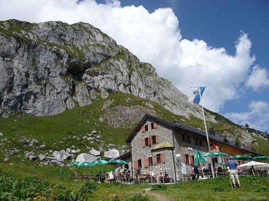 Ravensburger Hütte mit Spuller Schafberg im Lechquellengebirge