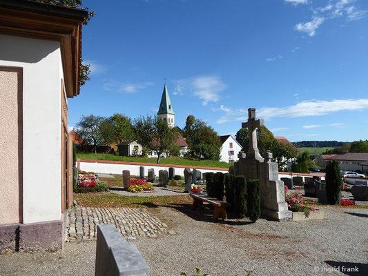 Blick zur Pfarrkirche St. Gordian und Epimachus in Merazhofen