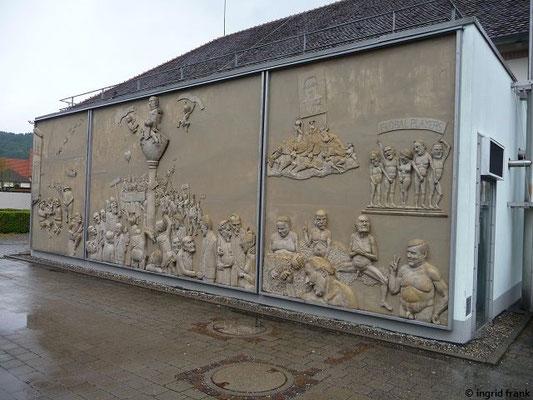 """""""Ludwigs Erbe"""" Triptychon von Peter Lenk am Rathaus von Ludwigshafen/Bodman"""