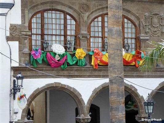 Das Rathaus von Santa Cruz mit Carnaval-Schmuck