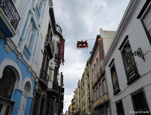 Die Altstadt, hier Calle O'Daly, mit Carnaval-Schmuck