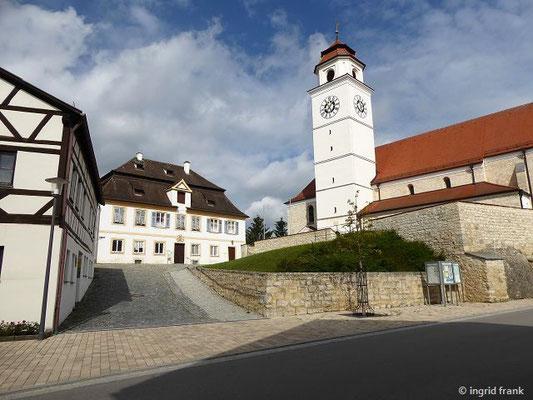 Dollnstein, Pfarrkirche St. Peter und Paul und Pfarrhof