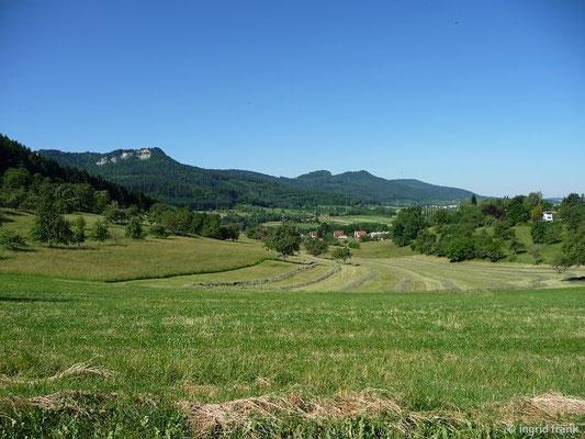 Blick zurück den Albtrauf entlang. Ganz hinten Plettenberg und Schafberg (s. Wanderung vom 14.07.2013)
