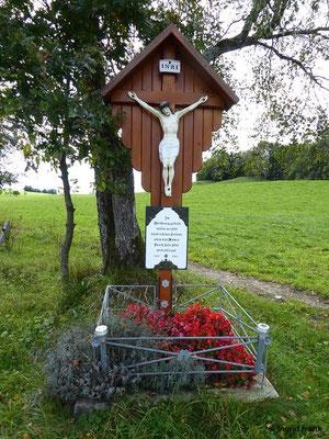 """Inschrift: """"Im Weltkrieg gestellt-mitten ins Feld-künd ich den Frieden-allen den Müden-Durch Jesu Blut-wird alles gut"""" 1917 - 2011"""