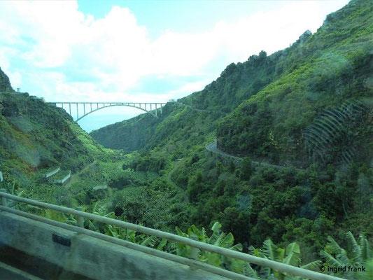 """Vom Bus aus Blick auf """"Puente de los Tilos"""" über den """"Barranco del Agua"""""""