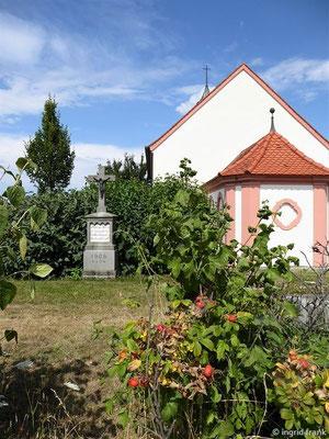 Ruhe-Christi-Kapelle (Inschrift auf dem Kreuz: O heiliges Kreuz / sei uns gegrüßt / Du Quell dem alles / Heil entließt
