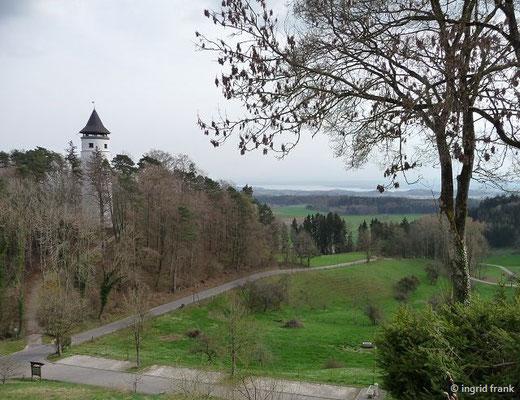 Blick vom Ort Hohenbodman zum Burgfried der ehemaligen Burg Hohenbodman und zum Bodensee